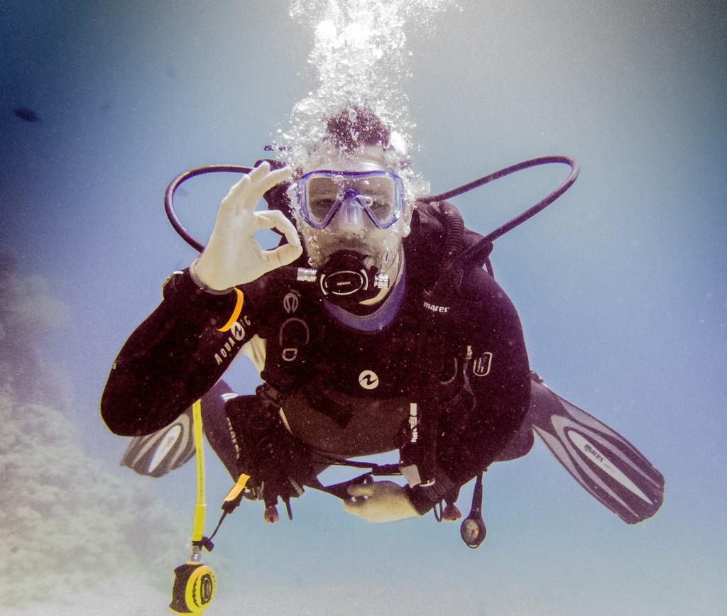 Oliver under water